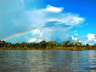 Spettacolare arcobaleno sul fiume Ucayali