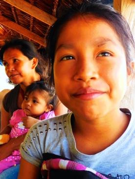 Violeta, sua mamma Sara e la piccola Cielo, l'undicesima figlia.